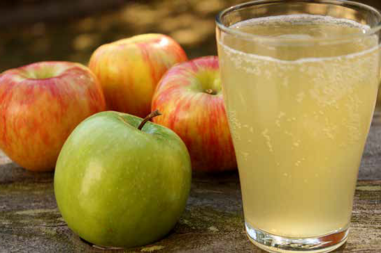 Glass-of-cider-and-apple